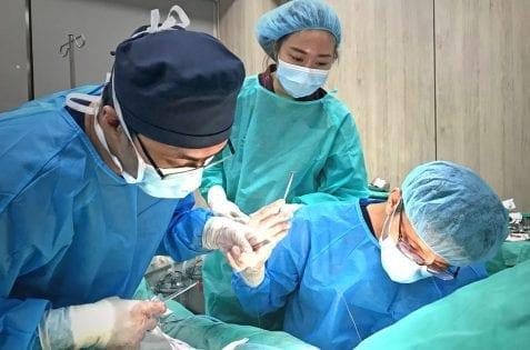 荊偉政醫師、余德毅醫師執刀,威塑抽脂手術過程
